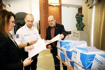 PWSZ im. Witelona w Legnicy przekazała kombinezony ochronne pracownikom Pogotowia Ratunkowego w Legnicy