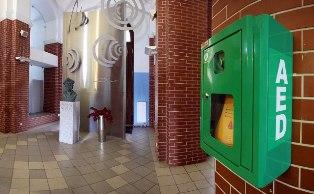 Automatyczny Defibrylator Zewnętrzny w PWSZ im. Witelona w Legnicy