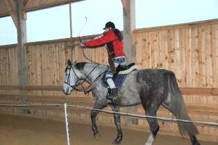 Studentki naszej Uczelni na warsztatach łucznictwa konnego