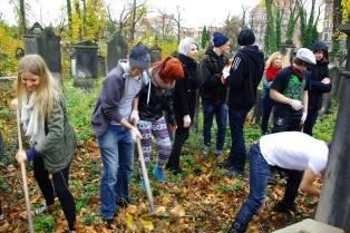 Uczniowie ALO sprzątali żydowską nekropolię